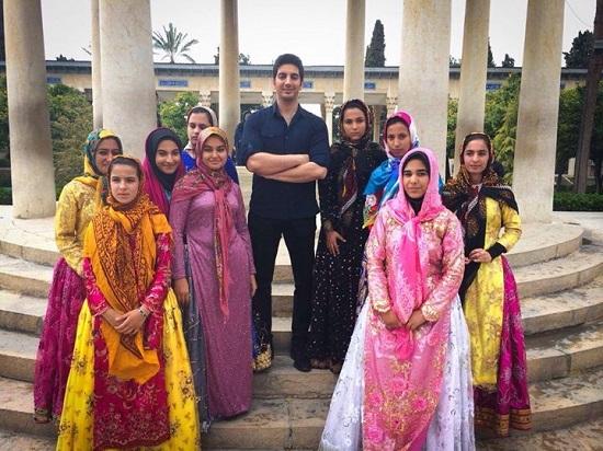 عکس فرزاد فرزین در کنار دختران شیرازی