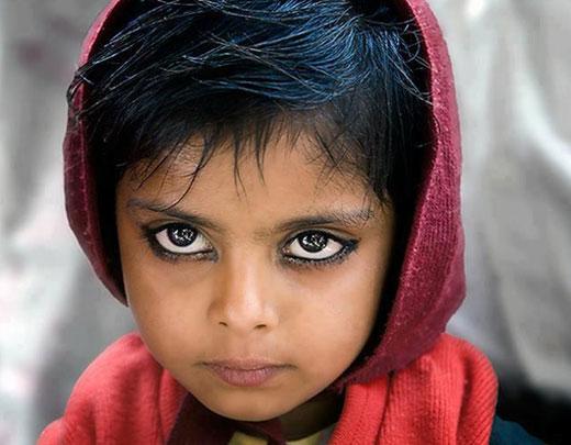 این دختر فقیر زیباترین چشم های را دارد! +عکس