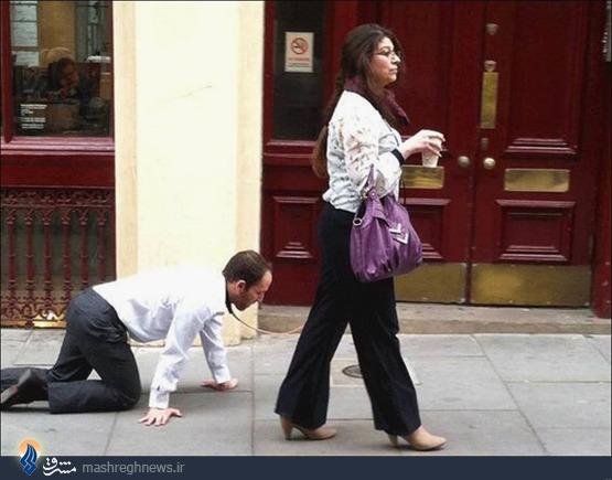 مردی با همسرش که شبیه سگ راه می رود! +عکس
