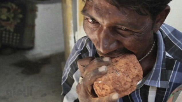 این مرد هندی به خوردن سنگ اعتیاد دارد