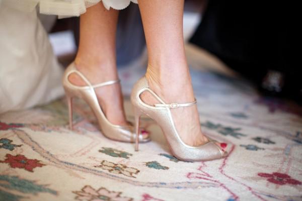 نحوه پوشیدن کفشهای جلو باز