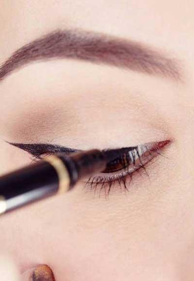 کشیدن خط چشم مایع با استفاده از نوار چسب