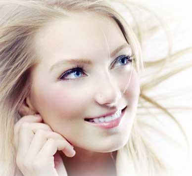 آرایش با موی بلوند و پوست روشن