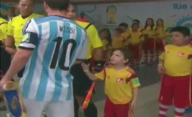 حرکت جوانمردانه لیونل مسی در مقابل کودک