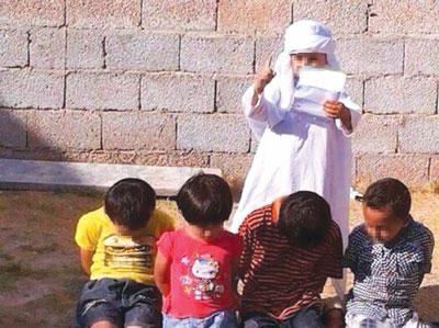 تقلید زشت کودکان عربستانی از سر بردین داعشی ها