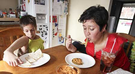 عکس های جالب از زندگی زن و پسری بدون دست