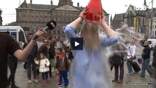 دختر جوان برای چالش سطل آب در خیابان لخت شد!