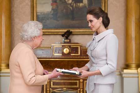 """دریافت لقب """"بانو"""" آنجلینا جولی از ملکه انگلیس"""