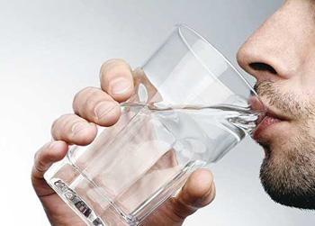 8 علامت کم آب شدن بدن