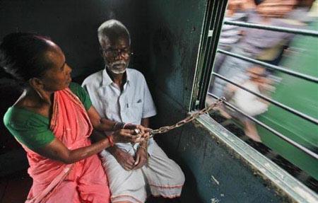 زن هندی شوهرش را به خودش می بندد
