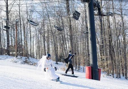 عروس و داماد در حال اسکی بازی در مراسم عروسی!