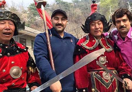 عکس سلفی نقی و ارسطو در سریال پایتخت با چینی ها