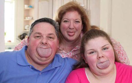 این پدر و دختر پهن ترین زبان دنیا را دارند! +عکس