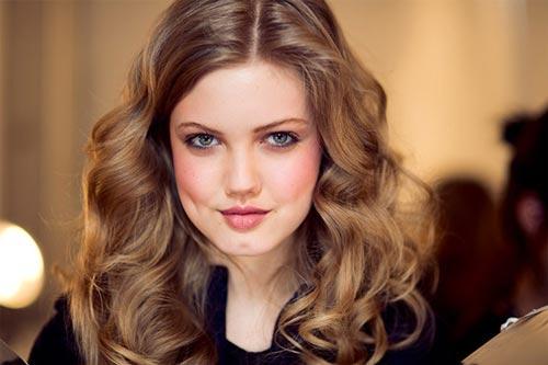 این دختر یک مدل 17 ساله است. او چهره فوق العاده جذابی دارد و بخاطر فرم لبها و فاصله بین دندانهایش همه او را میشناسند. لیندی ویکسون اهل شهر آرکانزاس است و از 10 سالگی وارد دنیای مد شد. وی در نمایشهای مد پاییز و زمستان 2011 شرکت داشته استو از آژانس مد ماریلین به دنیای مد معرفی شده است. این دختر زیبا متولد 12 آپریل سال 1994 است.