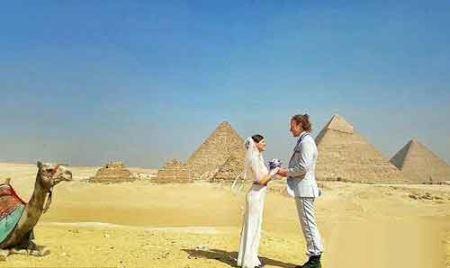 این زن و شوهر در همه جا مراسم عروسی می گیرند!