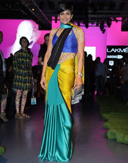 بهترین لباس ها در هفته مد در بالیوود,ماندیرا بدی با پوشیدن ساری های رنگارنگ