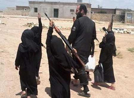 عکس های دختران داعشی در حال آموزش!