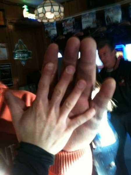 عکس های مردی که بزرگ ترین دستهای دنیا را دارد!