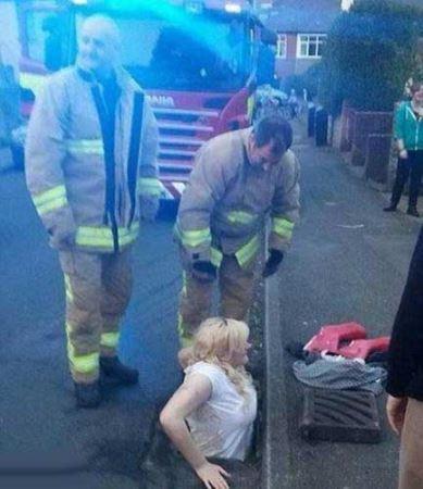 Funny-girl-stuck-in-the-drainage-wells-Photo-tبدشانسی دختر جوان در خیابان و افتادنش در فاضلاب!)