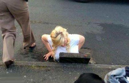 بدشانسی دختر جوان در خیابان و افتادنش در فاضلاب!