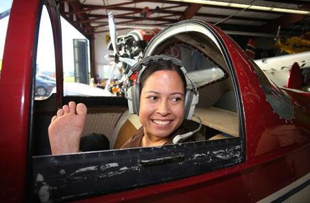 عکس های زنی بدون دست که خلبان است!