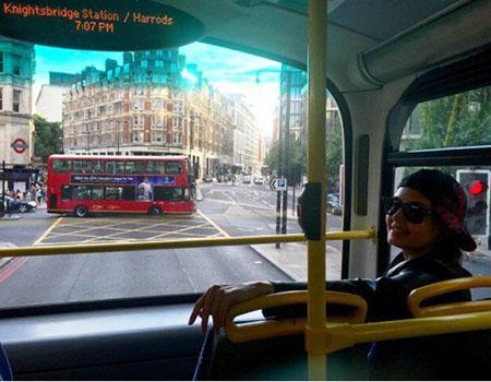 عکس اتوبوس سواری الناز شاکردوست در لندن