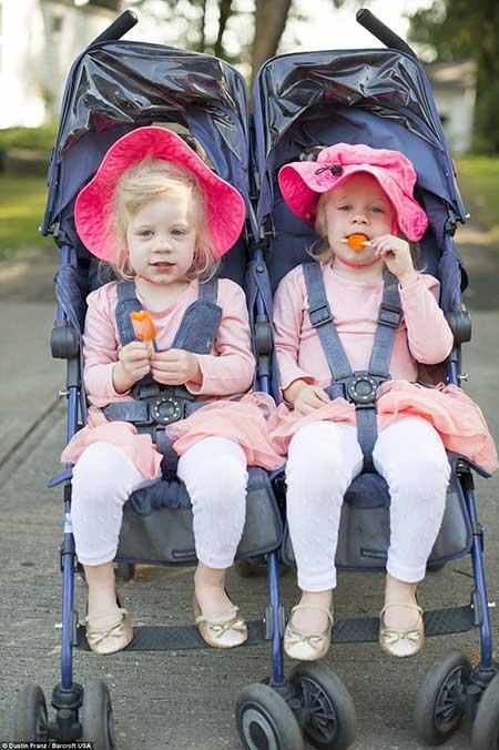 عکس پسران و دختران دوقلو در فستیوال دوقلوهای همسان
