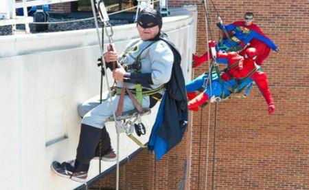 پنجره شورهایی که برای امور خیریه سوپرمن می شوند! +عکس