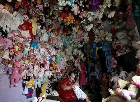 زنی که با 4000 عروسک زندگی می کند