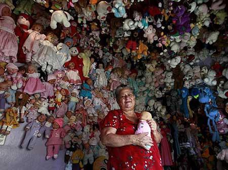 عکس هایی از زنی که با 4000 عروسک زندگی می کند!