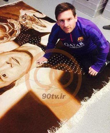 عکس لیونل مسی در حال امضای فرش ایرانی