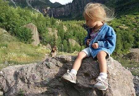 عکس های دختر 3 ساله و مادرش که کوهنوردی می کند