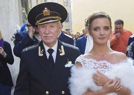 عکس از مراسم ازدواج بازیگر 84 ساله با دختر 24 ساله در روسیه!