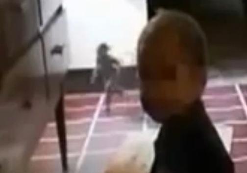 عکس وحشتناک جن کوتوله در کنار نوزاد که پربیننده شد!