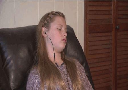 این دختر 12 ساله روزی هزاران بار عطسه می کند