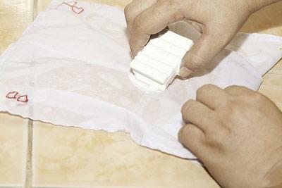 نحوه پاک کردن رژلب از روی پارچه,آموزش پاک کردن رژلب از روی پارچه