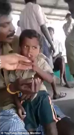 سرگرمی عجیب پدر بی عاطفه هندی با پسرش!