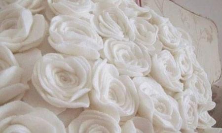 گل نمدی برای روی یخچال با گل های رز نمدی کوسن ها را تزیین کنید