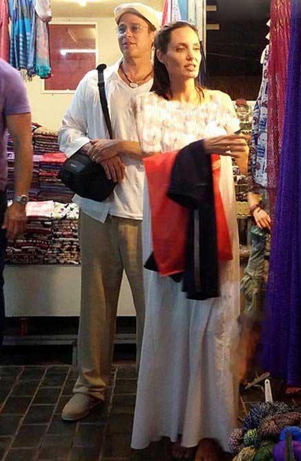 عکس آنجلینا جولی و همسرش در حال خرید در بازار محلی