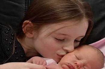 اخبار , اخبار گوناگون,بدنیا آمدن نوزاد توسط خواهرش,شجاع ترین دختر