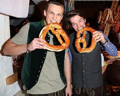 عکس های خوشگذرانی بازیگر معروف در اتریش با پسر و نامزدش