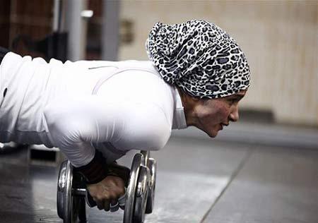 اندام و عضلات قوی دختر بدنساز 27 ساله مسلمان