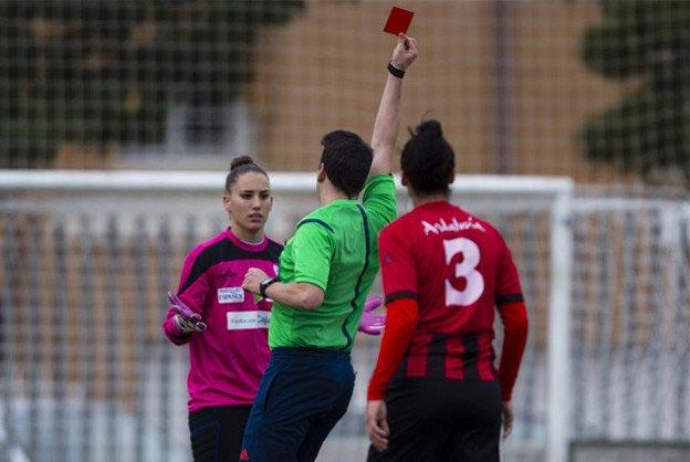 پیشنهاد بی شرمانه داور به فوتبالیست زن در زمین مسابقه