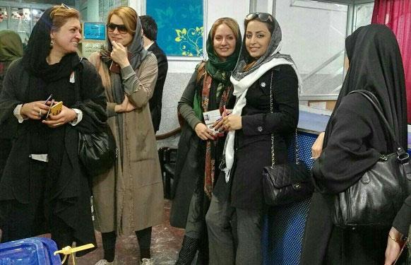 عکس مهناز افشار با تیپ جذاب در حال رای دادن