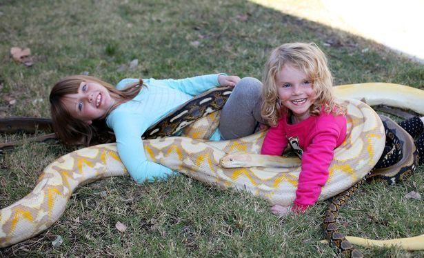 عکس های خانواده عجیبی که دخترانش با خزندگان زندگی می کنند!