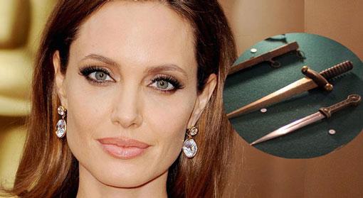 آنجلینا جولی کلکسیون خنجر دارد