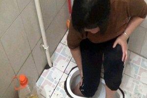 گیر کردن پای زن در توالت!