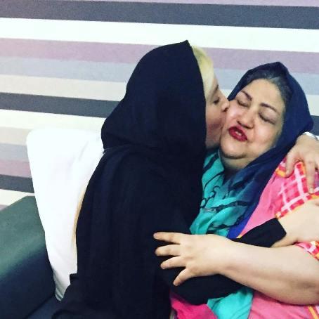 عکس فریبا نادری در حال بوسیدن مادرش