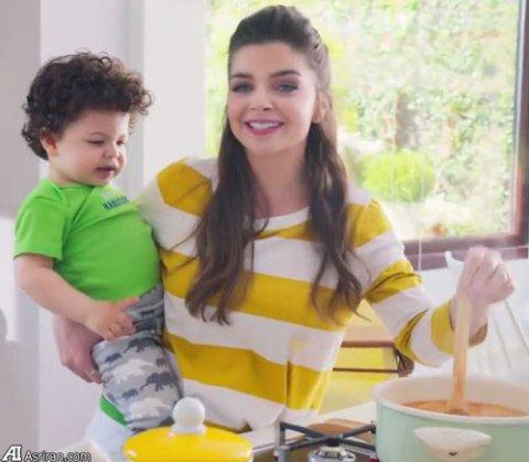 عکس پلین کاراهان بازیگر سریال حریم سلطان در تبلیغ شیر خشک!