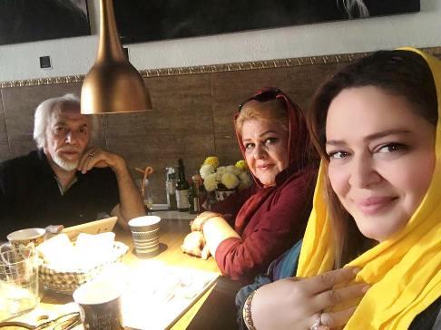عکس پدر و مادر بهاره رهنما در کنار دخترشان در رستورانش